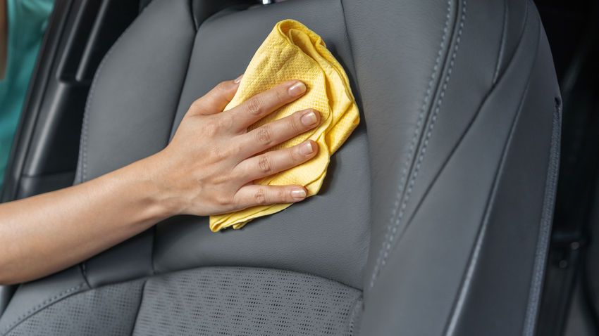Autositze aus Leder und Alcantara reinigen