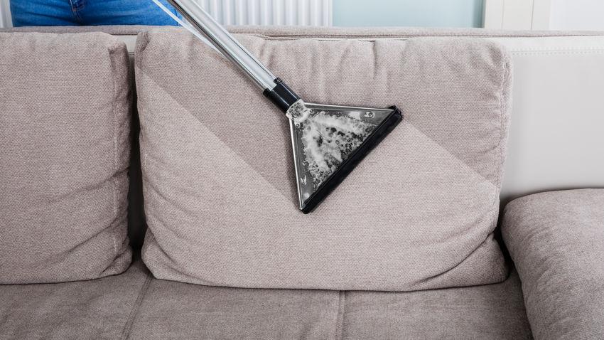 Polster eines Sofas mit einem Waschsauger reinigen