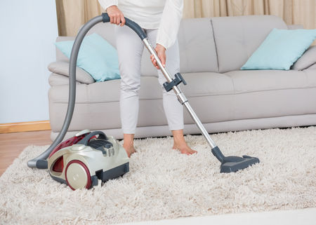 Teppich mit einem Staubsauger säubern