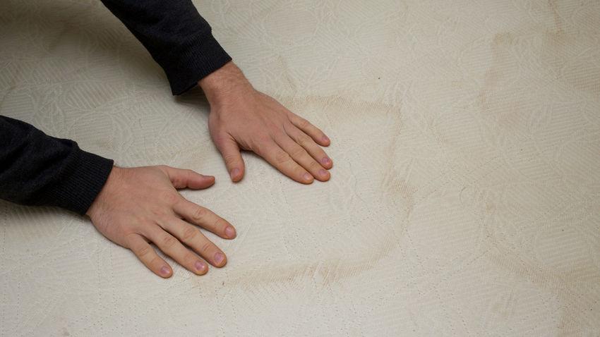 Typische Flecken und Verunreinigungen auf einer Matratze